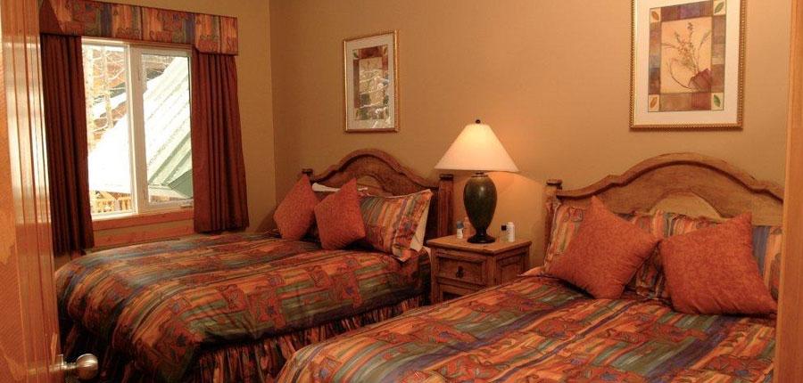 canada_fernie_lizzard_Creek_lodge_Condos_twin_bedroom.jpg